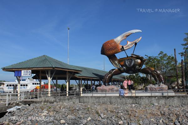 รูปปั้นปูก้ามดาบยักษ์ ที่ท่าเรือตำมะลัง