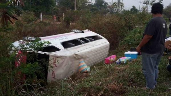 รถร่วม ขสมก.ขนต่างด้าวเต็มคันส่งกลับพม่าพลิกคว่ำ โชคดีแค่เจ็บเล็กน้อย