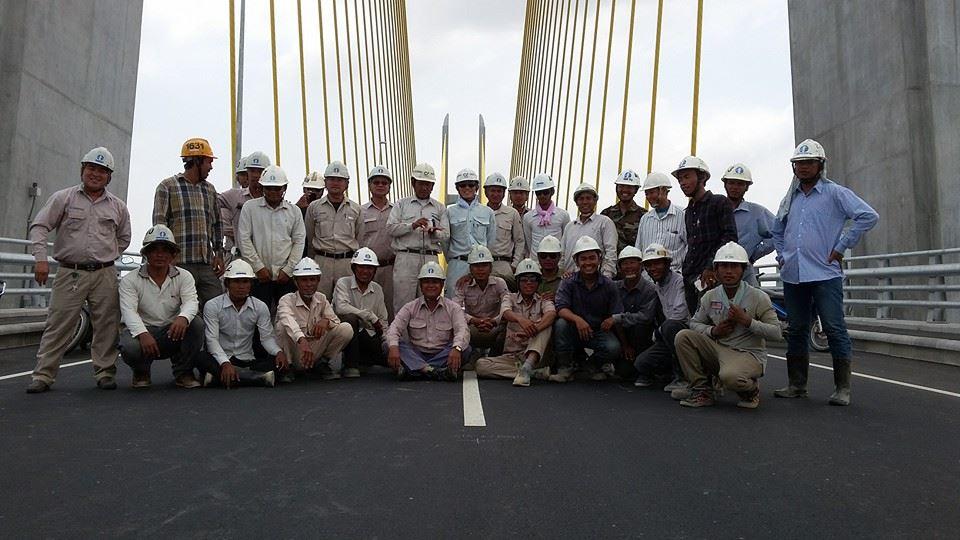 <bR><FONT color=#00003>ภาพจากเฟซบุ๊กของ Sarat Bunheng วิศวกรชาวเขมรร่วมกันถายรูปบนสะพาน หลังก่อสร้างเสร็จสมบูรณ์ปลายเดือน มี.ค.ที่ผ่านมา สะพานยาวกว่า 2 กม. สร้างด้วยเงินช่วยเหลือจากรัฐบาลญี่ปุ่น ก่อสร้างโดยบริษัทสุมิโตโมจากญี่ปุ่น ช่วงวันหยุดยาวเทศกาลสงกรานต์ทุกปีที่ผ่านมา รถจะติดยาวเหยียดที่บริเวณท่าแพขนานยนต์เมืองเนียกเลือง แต่เหตุการณ์เช่นนั้นคงจะไม่มีให้เห็นอีกแล้ว ในช่วงวันหยุดยาวใกล้จะถึงนี้ นายกรัฐมนตรีกัมพูชาไปเป็นประธานพิธีเปิดใช้สะพานเนียกเลือง อย่างเป็นทางการตอนเช้าวันจันทร์ 6 เม.ย.นี้. </b>