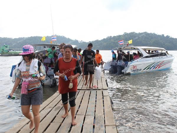 นักท่องเที่ยวไทย-เทศจองเรือทัวร์รับลมทะเลตามเกาะแก่งในพังงาเพียบ