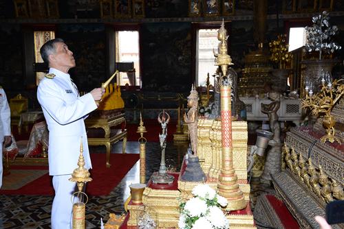 """""""สมเด็จพระบรมฯ"""" เสด็จฯ แทนพระองค์ในการพระราชพิธีสงกรานต์ สรงน้ำพระพุทธรูปในวัดพระแก้ว"""