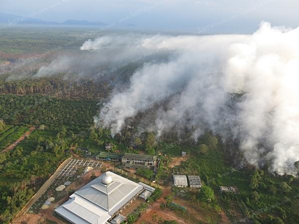 ระดมกำลังเร่งสกัดไฟไหม้ป่าพรุโต๊ะแดง พบเสียหายแล้วเกือบ 600 ไร่ (ชมคลิป)