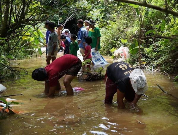 ชาวบ้าน อ.ตะโหมด ร่วมสร้างฝายกักน้ำไว้ใช้ช่วงฝนทิ้งช่วง
