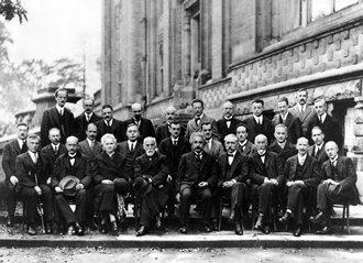 Louis de Broglie (ที่ 3 จากขวาแถวกลาง) ในงานประชุม ปี Solvay Conference 1927