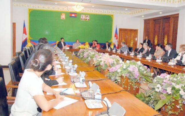 <br><FONT color=#000033>ฮอร์ นัมฮง รองนายกรัฐมนตรีและรัฐมนตรีกระทรวงการต่างประเทศกัมพูชา จัดการประชุมในกรุงพนมเปญ ในช่วงเช้าวันนี้ (7) พร้อมคณะนักการทูตต่างชาติในกัมพูชาเพื่อแจ้งผลการประชุมอาเซียนครัั้งที่ 26 ในมาเลเซีย.--Photo/AKP/Chim Nary.</font></b>