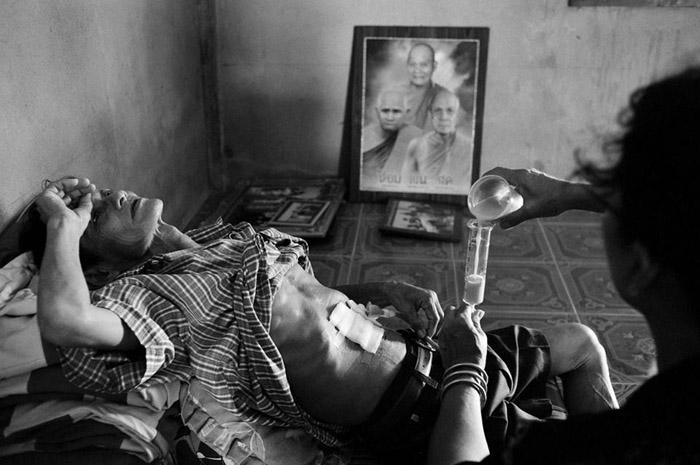 งานของคนไทยอีกงานหนึ่ง งานนี้เป็นของคุณ ชลิต สภาภักดิ์ จากเรื่อง บทสุดท้าย ซึ่งคุณชลิตถ่ายคุณพ่อของตนเองที่ป่วยเป็นโรคมะเร็งในระยะสุดท้าย ปกติเรื่องแบบนี้เรามักจะเห็นในงานของต่างประเทศเท่านั้น เพราะคนไทยมักจะไม่กล้านำเสนอ นับเป็นความกล้าหาญของผู้ถ่ายที่นำเรื่องราวของครอบครัวตนเองมาเปิดเผยต่อสาธารณชน เรื่องนี้เคยได้ที่สองของการประกวดภาพจากนิตยสาร National Geographic ฉบับภาษาไทย