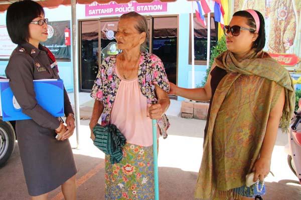 ตร.สาวสัตหีบช่วยยายวัย 87 ปี พลัดหลงบ้านคืนสู่อ้อมกอดครอบครัว