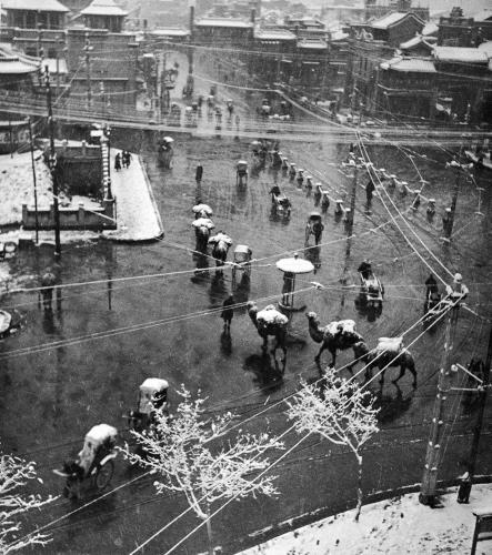 ทิวทัศน์การจราจรบริเวณประตูเมือง เจิ้งหยางเหมิน ถนนเฉียนเหมิน ทางใต้ของจตุรัสเทียนอันเหมิน ซึ่งถูกทุบในปี ค.ศ. 1955 ก่อนสร้างใหม่ในปี ค.ศ. 2007 (ภาพ เฮดดา มอร์ริสัน)