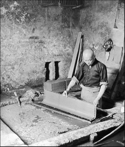 คนงานโรงผลิตกระดาษจากเยื่อไม้ไผ่ ในกรุงปักกิ่ง (ภาพ เฮดดา มอร์ริสัน)