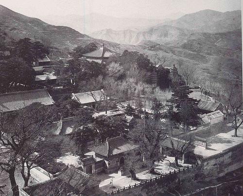 อีกมุมหนึ่งของวัดไป่หยุน กรุงปักกิ่ง เมื่อราวปี ค.ศ. 1940 (ภาพเฮดดา มอร์ริสัน)