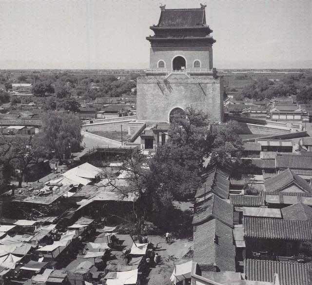 บ้านเรือนเรียงราย ตรอกซอย หูท่งรอบกำแพงเมืองปักกิ่ง เมื่อราวปีค.ศ. 1933 - 1946 (ภาพเฮดดา มอร์ริสัน)