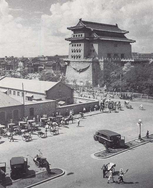 บริเวณหอกลอง และรอบกำแพงเมืองปักกิ่ง เมื่อราวปีค.ศ. 1933 - 1946 (ภาพเฮดดา มอร์ริสัน)