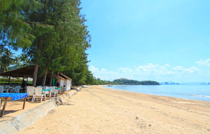 หาดป่าทราย เป็นย่านที่มีที่พักนัก่องเที่ยวอยู่เยอะที่สุดบนเกาะยาวน้อย