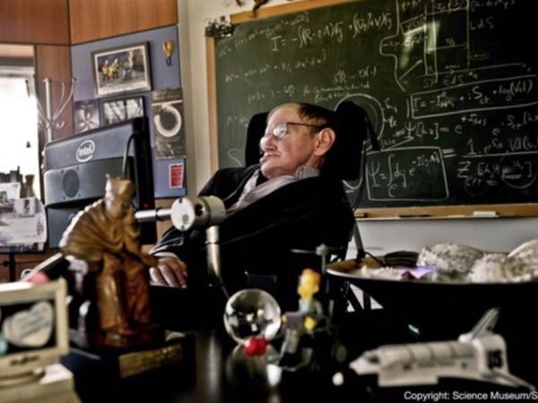 สตีเฟน ฮอว์กิง ในห้องทำงานของเขา (Credit photo: AFP)