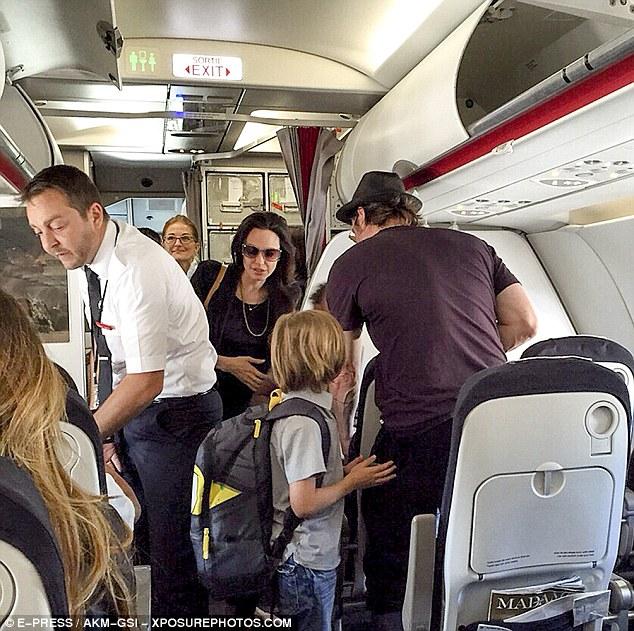 """ใช้ชีวิตติดดิน """"แบรด พิตต์ – แอนเจลีนา โจลี"""" พาลูกขึ้นเครื่องบินชั้นประหยัด"""
