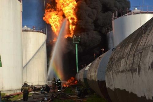เกิดระเบิดไฟลุกท่วมโรงเก็บเชื้อเพลิงยูเครน นักดับเพลิงสูญหาย 3 ราย