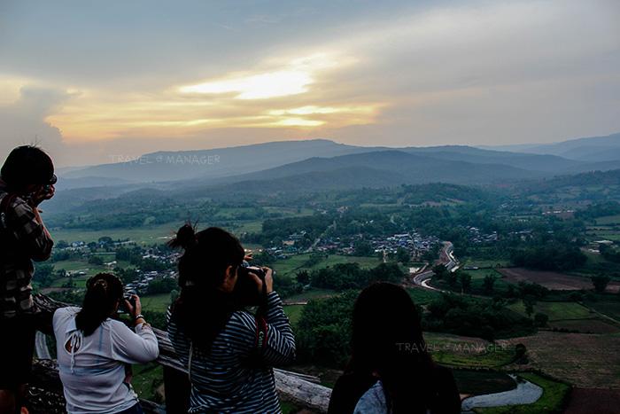 นักท่องเที่ยวถ่ายภาพเก็บบรรยากาศสวยงาม