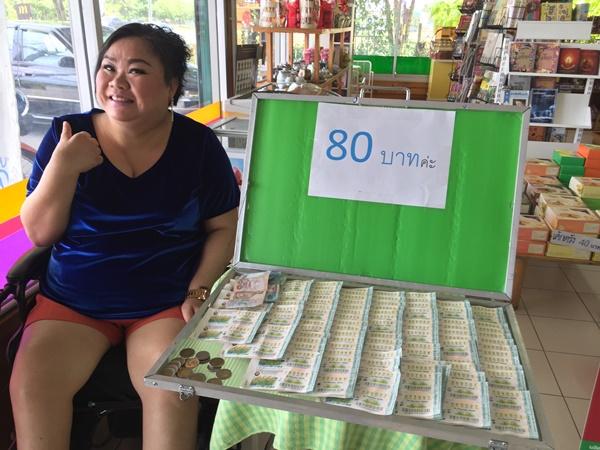 สาวพิการขายสลากนครปฐมวอนรัฐลดต้นทุน ครวญราคา 80 บาททำรายได้หดครึ่งต่อครึ่ง
