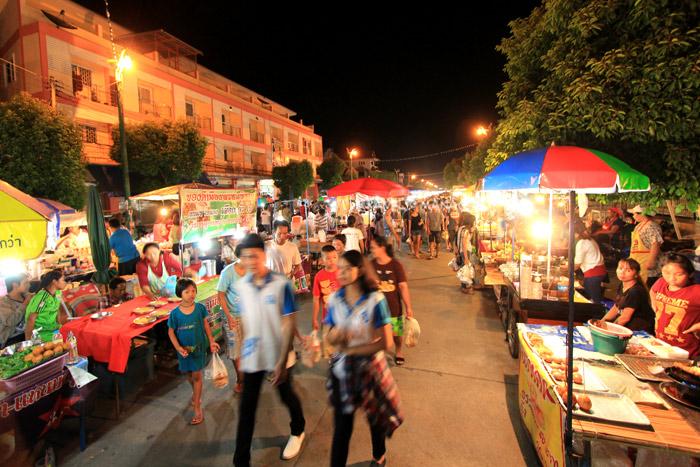 ถนนคนเดินพิษณุโลกเปิดทุกเย็นวันเสาร์ มากไปด้วยอาหารการกินและสินค้าสารพัด