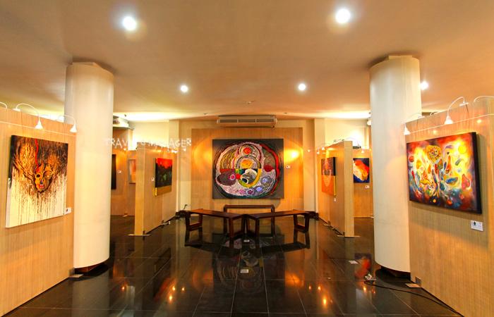 งานจิตรกรรมที่จัดแสดงในส่วนหอศิลป์อันดามัน