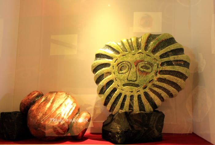 ลูกปัดสุริยเทพหรือลูกปัดหน้าคน ที่ทางพิพิธภัณฑ์ฯจำลองมาจัดแสดงในสัดส่วนที่ใหญ่กว่าของจริงหลายสิบเท่าตัว