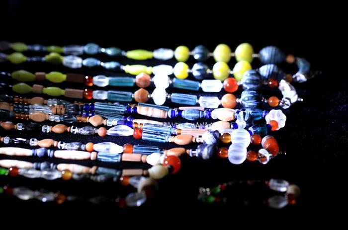 หลากสีสันและรูปแบบของลูกปัดชนิดต่างๆที่จัดแสดงในโซน 6