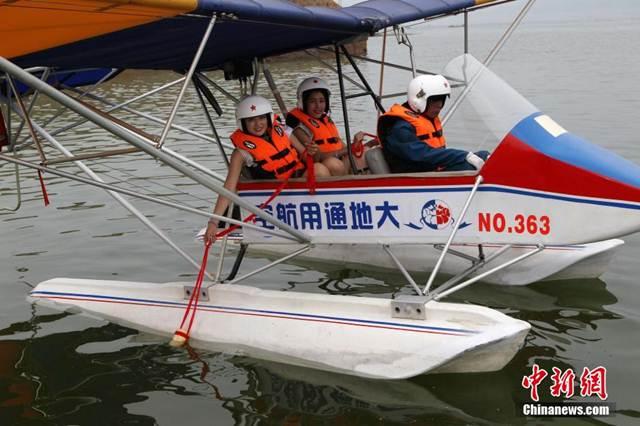 ผู้เข้าร่วมการประกวด นั่งเรือบินพร้อมนำถ้วยไม้ไผ่ไปเก็บ น้ำศักดิ์สิทธิ์ แห่งหวงเหอ หรือแม่น้ำเหลือง เพื่อนำไปมอบแด่ไต้หวัน