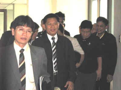 พ.ต.อ.ฤทธิรงค์ กำลังเดินทางกลับ หลังเข้าฟังคำพิพากษาของศาลชั้นต้นเมื่อวันที่ 23 พ.ค.2551