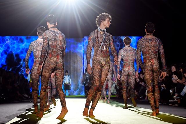 กลุ่มนายแบบกำลังนำเสนอผลงานของห้องเสื้อ Dsquared2 ในงาน Men Spring-Summer 2016 Milans Fashion Week (23 มิ.ย.)