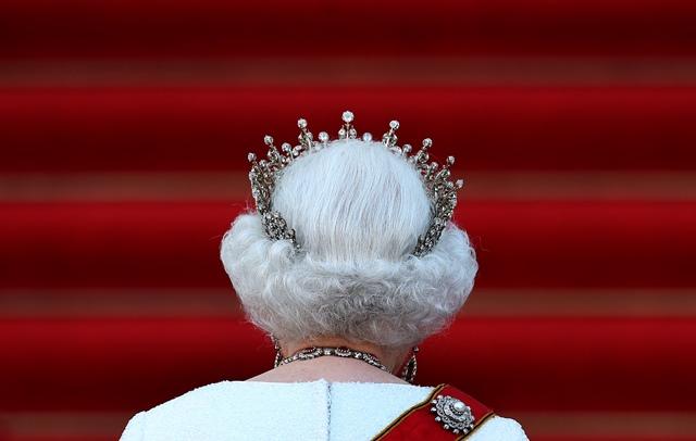 สมเด็จพระราชินีนาถอลิซาเบธที่ 2 แห่งอังกฤษเสด็จมาร่วมงานเลี้ยงพระกระยาหารค่ำกับประธานาธิบดี โยอาคิม เกาค์ ของเยอรมนีที่พระราชวังแบลวูในกรุงเบอร์ลิน (24 มิ.ย.)
