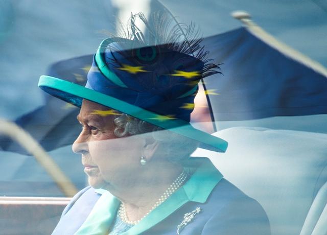 ธงสหภาพยุโรปสะท้อนอยู่บนกระจกพระราชพาหนะของสมเด็จพระราชินีนาถอลิซาเบธที่ 2 แห่งอังกฤษ ในขณะที่พระองค์เสด็จมายังสนามบินทหารเทเกลในกรุงเบอร์ลินเพื่อบินไปยังเมืองแฟรงก์เฟิร์ตทางตะวันตกของเยอรมนี (25 มิ.ย.)