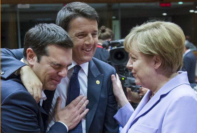 (ซ้ายไปขวา) นายกรัฐมนตรี อเล็กซิส ไซปรัส ของกรีซ , นายกรัฐมนตรี มัตเตโอ เรนซี ของอิตาลี และนายกรัฐมนตรี อังเกลา แมร์เคิล กำลังพูดคุยกันในการประชุมซัมมิทผู้นำสหภาพยุโรปในกรุงบรัสเซล ประเทศเบลเยียม (25 มิ.ย.)