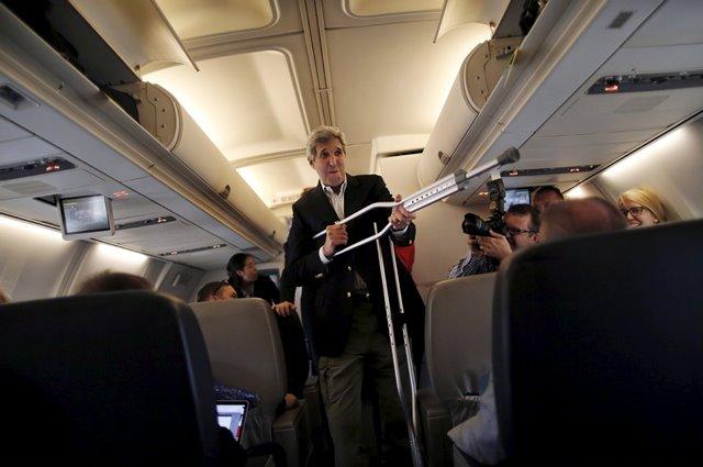 จอห์น เคร์รี รัฐมนตรีกระทรวงการต่างประเทศสหรัฐฯยกไม้พยุงของตนขึ้นมาเล่น ขณะที่เขากำลังพูดคุยกับผู้สื่อข่าวก่อนออกเดินทางไปกรุงเวียนนา ประเทศออสเตรีย ที่ฐานทัพอากาศแอนดรูว์ (26 มิ.ย.)