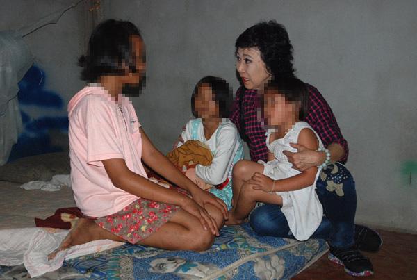 น่าเวทนา เด็กหญิง 3 พี่น้อง ชาว อ.ภูสิงห์ จ.ศรีสะเกษ แม่ติดคุกความผิด พ.ร.บ.ป่าไม้ ต้องอยู่กันลำพัง อาศัยรับจ้างและขอข้าวชาวบ้านรวมทั้งวัดกินประทังชีวิต วอนหน่วยงานรัฐและผู้ใจบุญช่วยเหลือ วันนี้ ( 29 มิ.ย.)