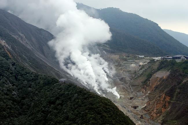เถ้าถ่าน ก๊าซและควันถูกพ่นออกมาจากแอ่งแห่งหนึ่งบนภูเขาไฟฮาโกเนะ อันเป็นแหล่งท่องเที่ยวยอดนิยม ห่างจากกรุงโตเกียว ประมาณ 80 กิโลเมตร