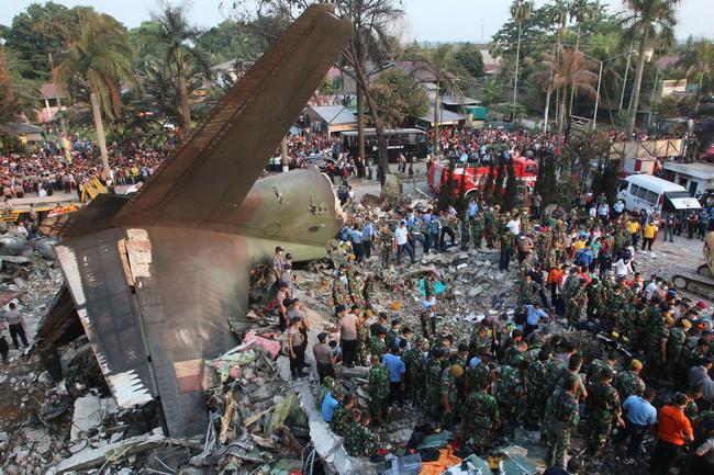 In Pics & Clips :เครื่องบินทหารอิเหนาตกกลางเมือง ผู้โดยสาร-ลูกเรือตาย113บนพื้นอีก3