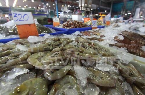 """""""พาณิชย์"""" ตรวจอาหารทะเล พบราคาปรับตัวเพิ่มขึ้นกิโลละ 50-100 บาท ส่งเจ้าหน้าที่ตรวจ พร้อมคุมเข้มปิดป้าย"""