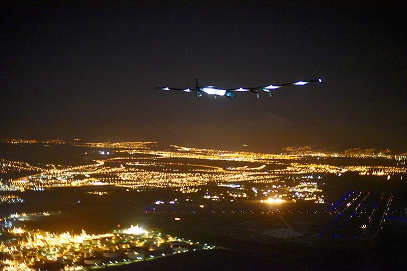 <bR><FONT color=#00003>เครื่องบินพลังสุริยะโซลาร์อิมพัลส์ 2  ขณะเตรียมจะลงจอดในนครโฮโนลูลู ตอนเช้าตรู่วันศุกร์ 3 ก.ค.นี้ หลังบินรวดเดียวเป็นเวลากว่า 70 ชั่้วโมงจากประเทศญี่ปุ่น ฝ่าข้ามมหาสมุทรแปซิฟิก ท่ามกลางสภาพอากาศอันเลวร้ายเป็นเวลา 5 วันเต็ม ระยะทางกว่า 5,000 กิโลเมตร เป็นการสร้างประวัติศาสตร์หน้าใหม่ ให้กับวงการบินพลเรือนของโลก เครื่องบินพิเศษสุดลำนี้ กำลังพยายามบินรอบโลกรวมระยะทางราว 35,000 กม. โดยไม่ใช้น้ำมันเชื้อเพลิงใดๆ แม้แต่หยดเดียว ปลายทางสุดท้ายอยู่ที่นครอาบูดาบี ในตะวันออกกลาง จุดเริ่มต้นซึ่ง Si2 บินขึ้นจากที่นั่นวันที่ 9 มี.ค. -- Agence France-Press/Solar Impulse/Jean Revillard.</b>