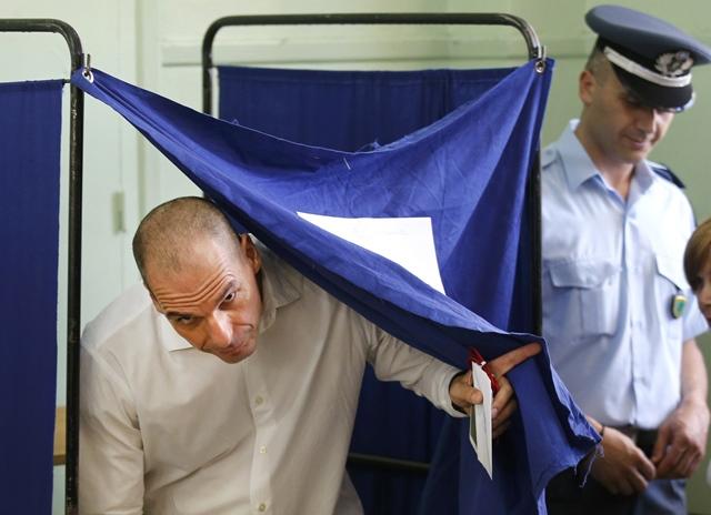 <i><b>รัฐมนตรีคลัง ยานิส วารูฟากิส ของกรีซ ออกมาจากคูหากาบัตร ก่อนจะหย่อนบัตรลงคะแนนลงหีบ ณ หน่วยเลือกตั้งแห่งหนึ่งในกรุงเอเธนส์เมื่อวันอาทิตย์ (5) วารูฟากิสเป็นมันสมองสำคัญของนายกรัฐมนตรีอเล็กซิส ซีปราส ในการเจรจาต่อรองกับพวกเจ้าหนี้ต่างประเทศ ซึ่งกำลังนำไปสู่สถานการณ์อันน่าวิตกที่กรีซอาจจะต้องออกจากยูโรโซน</i></b>