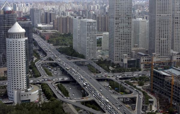 สะพานกั๋วเม่าในย่านศูนย์กลางธุรกิจของนครหลวงปักกิ่ง วันที่ 11 มิ.ย. 2558 (ภาพ รอยเตอร์ส)