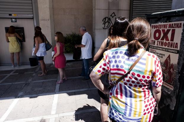 ประชาชนชาวกรีซยังคงพากันแห่กันไปถอนเงิน แม้ว่าถูกจำกัดการถอนเงินแค่ 60 ยูโรต่อวัน เพราะไม่มั่นใจในสถานะของธนาคารหากรัฐบาลยังไม่สามารถเจรจาเพื่อต่อายุโครงการเงินช่วยเหลือของกลุ่มเจ้าหนี้ได้