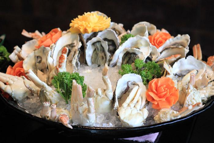 กุ้งหอยปูปลาสดๆ ยังมีให้เลือกซื้อหา แม้จะปริมาณจะน้อยลง