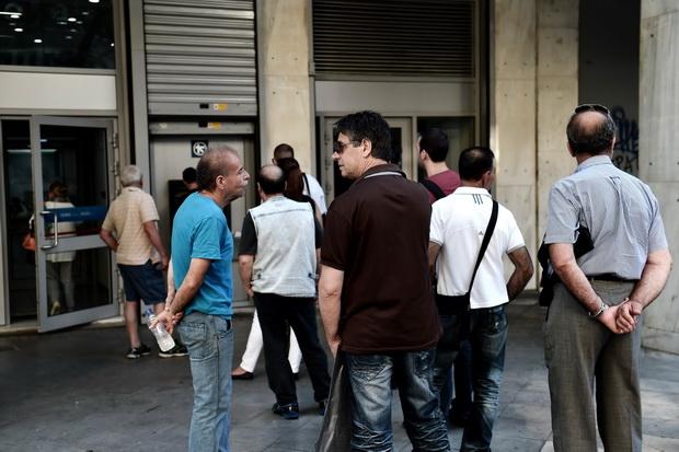 ประชาชนชาวกรีซยังต่อแถวกดเอทีเอ็มในทุกๆวัน ท่ามกลางสถานการณ์การเงินล่าสุดของกรีซ ณ ขณะนี้น่าเป็นห่วงอย่างยิ่ง นอกจากบังคับใช้มาตรการควบคุมเงินทุนแล้ว รัฐบาลยังประกาศขยายเวลาการปิดธนาคารพาณิชย์และตลาดหุ้นออกไปอย่างน้อยจนถึงวันพฤหัสบดี รวมทั้งจำกัดการถอนเงินสดจากตู้เอทีเอ็มคนละ 60 ยูโรต่อวันต่อไป
