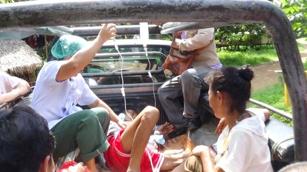 ผอ.รพ.สังขละบุรีนำทีมลุยป่าช่วยชาวกะเหรี่ยงป่วยเป็นโรคอุจจาระร่วงรุนแรง รถหวิดตกเขา