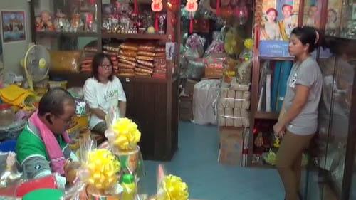 สาวแสบทำทีซื้อสังฆทาน ก่อนฉกเงินกว่า 20,000 บาทหลบหนี
