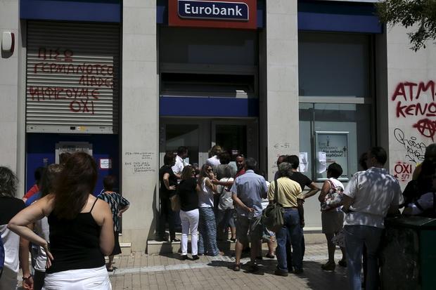 ชาวกรีกยืนต่อแถวกดเงินสดจากตู้เอทีเอ็มแห่งหนึ่งในเอเธนส์ ขณะที่ในวันพุธ(8ก.ค.) รัฐบาลกรีซประกาศขยายเวลาปิดธนาคารและจำกัดการถอนเงินจากตู้เอทีเอ็มไม่เกิน 60 ยูโรต่อวันออกไป