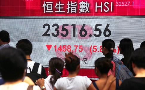 ดัชนีฮั่งเส็งตลาดหุ้นฮ่องกงร่วงลงราว 2,000 จุด หรือกว่าร้อยละ แตะที่ 22,907.72 จุด เมื่อวันที่ 8 ส.ค. ที่ผ่านมา หลังจากตลาดหุ้นจีนร่วงลงอย่างหนัก ขณะที่นักลงทุนยังคงวิตกกังวลเกี่ยวกับวิกฤตหนี้กรีซ ทำให้เกิดความกังวลว่าจะฉุดรั้งเศรษฐกิจให้ชะลอตัวลง (ภาพเซาท์ไชน่า มอร์นิงโพสต์)