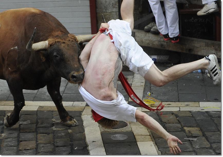 งานเทศกาลชนวัวในสเปน มี 2 หนุ่มอเมริกัน กับชายชาวอังกฤษอีก 1 ราย โดนกระทิงขวิดในวันที่ 7 กรกฎาคมพร้อมกับมีผู้บาดเจ็บด้วยอาการอื่นอีก 8 ราย จากการวิ่งวัวกระทิงรอบแรกของเทศกาลซานเฟอร์มินในปีนี้ ที่เมืองปัมโปลนา ประเทศสเปน(ภาพเอเอฟพี)