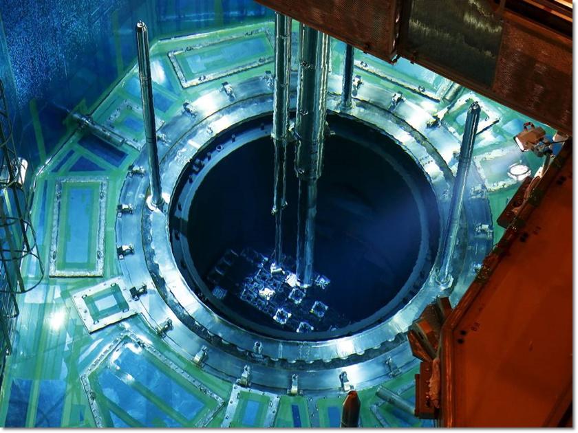 บริษัท คิวชู อิเล็กทริก เพาเวอร์ โค เริ่มนำแท่งเชื้อเพลิงยูเรเนียมบรรจุใส่เตาปฏิกรณ์นิวเคลียร์ตัวหนึ่งในโรงไฟฟ้านิวเคลียร์เซ็นไดวันที่ 7 กรกฎาคม นับเป็นก้าวแรกสำหรับการฟื้นฟูอุตสาหกรรมพลังงานนิวเคลียร์ในญี่ปุ่นที่ถูกปิดตัวมานานเกือบ 2 ปี หลังเกิดหายนะนิวเคลียร์ที่โรงไฟฟ้าฟูกูชิมะเมื่อปี 2011 (ภาพรอยเตอร์)