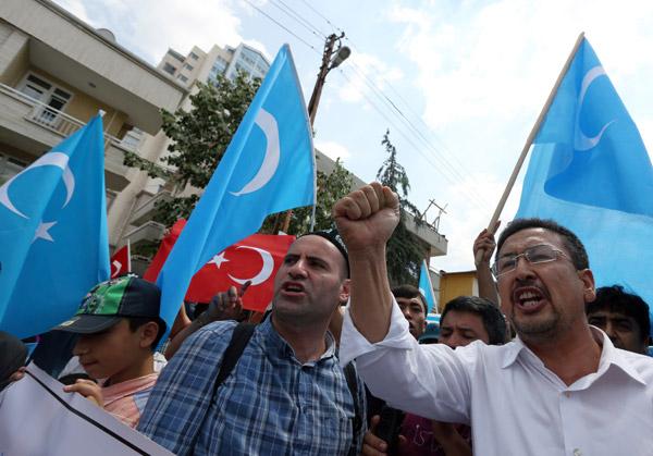 กลุ่มผู้ประท้วงกรณีอุยกูร์ในตุรกี (ภาพเอพี)